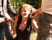 16590 - Deux mecs partouzent Sophie en plein air
