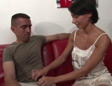16820 - Justine se fait baiser en levrette dans le canapé