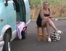 16858 - Chiennasse blonde tronchée dans un van
