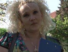 16882 - Vieille blonde baise dans son jardin