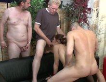 16990 - Femme soumise sodomisée dans un gang bang