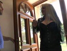 17054 - Une blonde à gros seins hallucinante