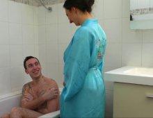 17592 - Une maman baise avec un jeune sous la douche