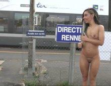 17606 - Une femme nue en public à la gare