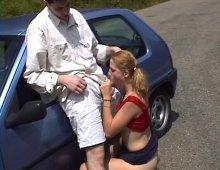17734 - Une salope baisée dans sa voiture