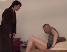 18002 - Une mère au foyer baisée dans un porno à 3