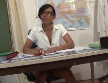18096 - Une étudiante nue dans une salle de classe