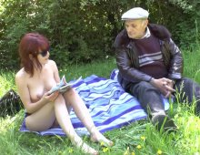 18118 - Un vieux baise une jeune femme dans le jardin