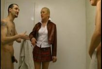 24488 210x142 - Baise en trio dans les vestiaires avec une blonde