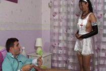 24492 210x142 - L'infirmière bouffe la bite du toubib