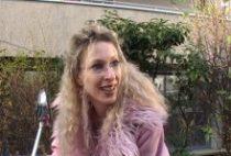 24528 210x142 - Blonde sans culotte niquée par un journaliste