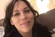 27381 210x142 - Brunette salope rencontre deux réalisateurs de porno