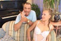 27441 210x142 - Une beauté blonde salope se masturbe tendrement