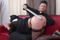 27575 210x142 - Monsieur le curé baise une religieuse sur le canapé