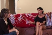27775 210x142 - Une femme sodomisée sur le canapé