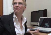 28225 210x142 - Le boss défonce sa nouvelle secrétaire à lunettes