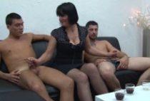 28511 210x142 - Lucie bonne salope mature baise en trio