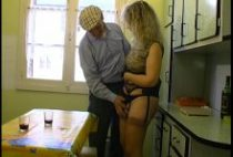 Grand-père chauffe le cul d'une indecente voisine