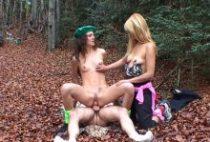 Lesbiennes se tapent une bite en pleine forêt