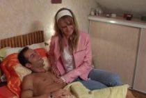Salope se déguise en infirmière pour baiser