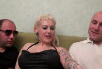 Femme blonde salope se jette sur la bite de son beau papa