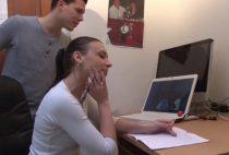Une jeune étudiante 18 ans nue qui profite de la bite de son professeur