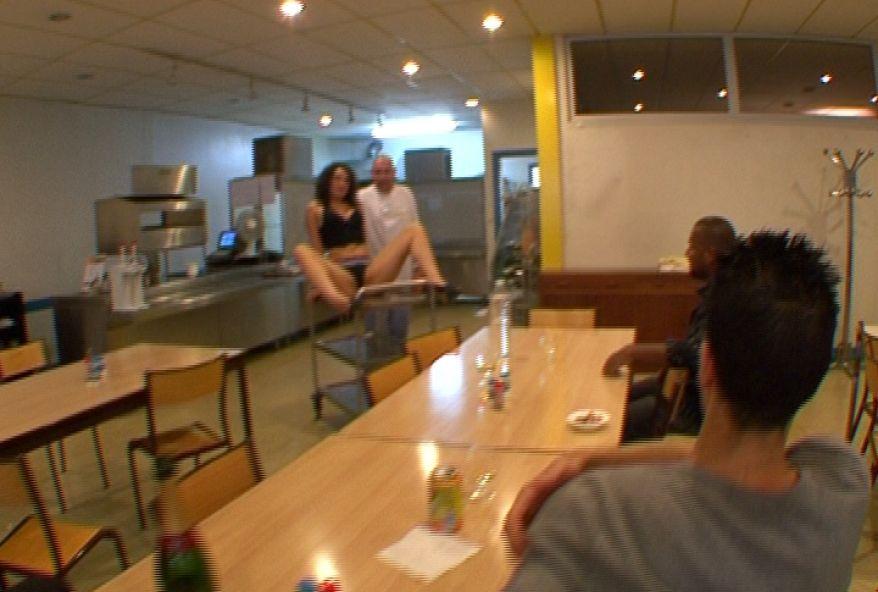 1120 1 - Française étudiante partouze avec des hommes dans un restaurant