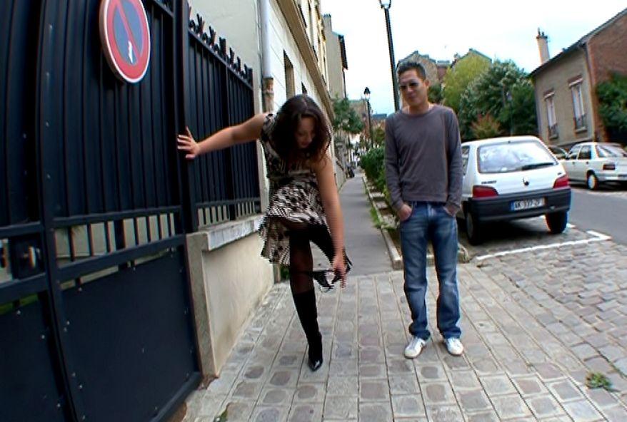 1204 1 - Jacqueline offre sa petite-culotte à un inconnu dans la rue.