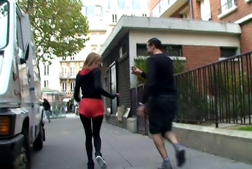 1282 1 - Une joggeuse suce un gros sexe dans les toilettes publiques