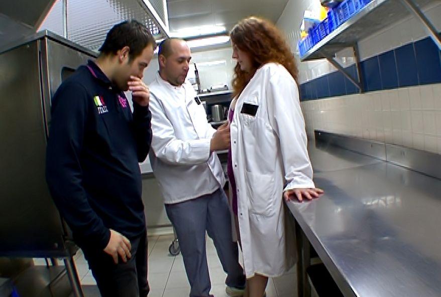 1316 1 - La serveuse se fait baiser dans la cuisine d'un restaurant