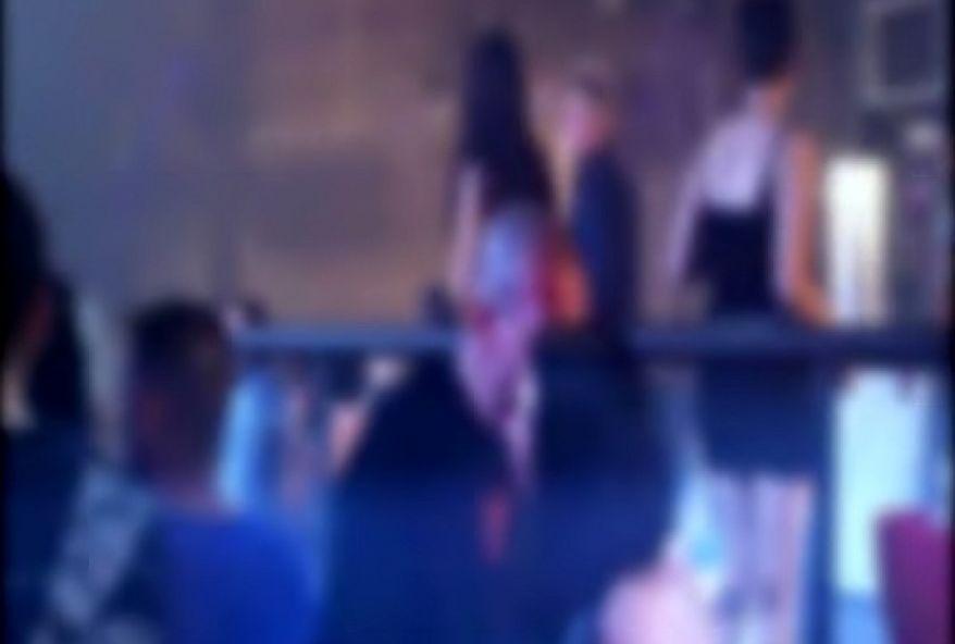2492 1 - Deux filles de Lille bourrées se font baiser en boite de nuit