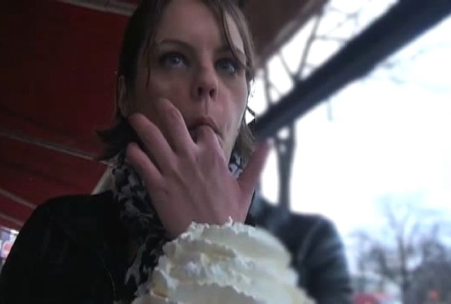 2507 1 - Aujourd'hui c'est les soldes : Elle offre sa bouche et son cul à un client