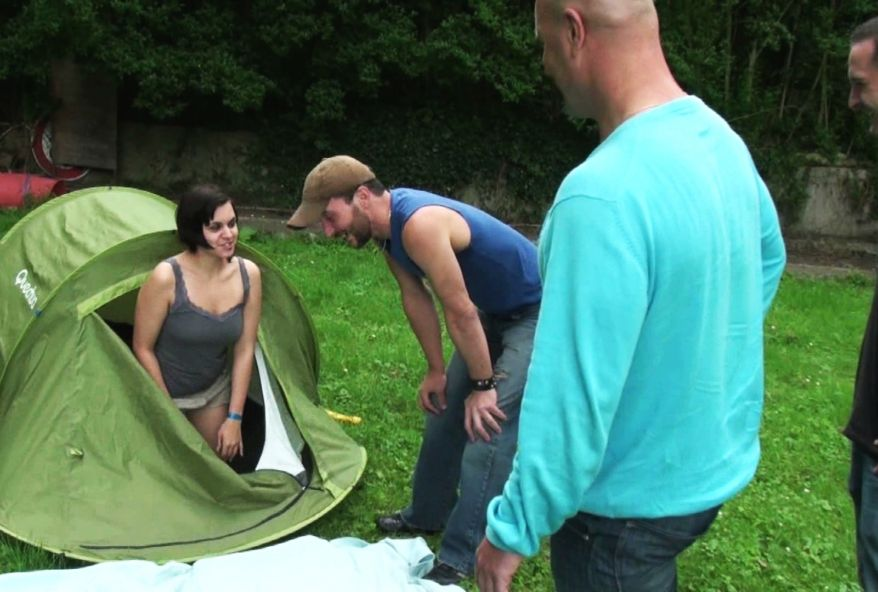 3029 1 - Candy, une jeune brune de Lyon partouzée au camping