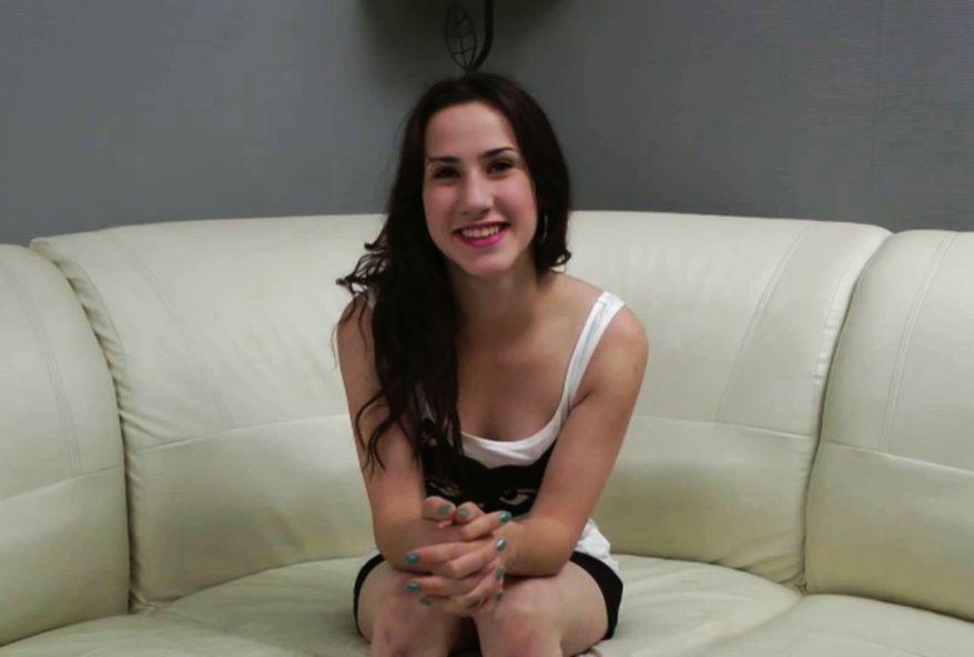 3263 1 - Jolie brune Française de 20 ans baisée par 2 mecs