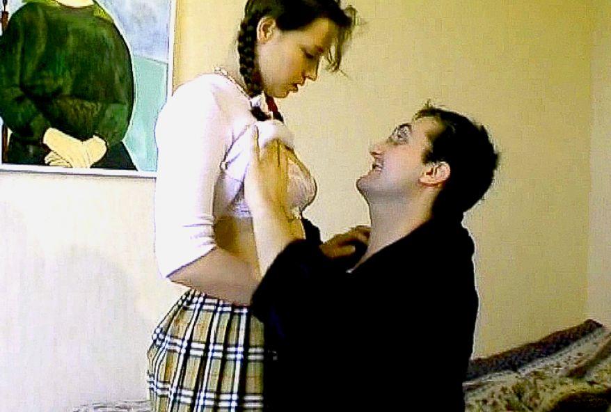 394 1 - Il baise une jeune chatte lisse et fraîche