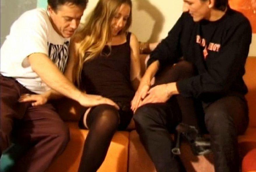 399 1 - Trio sexe entre une Jeune blonde et des lascars