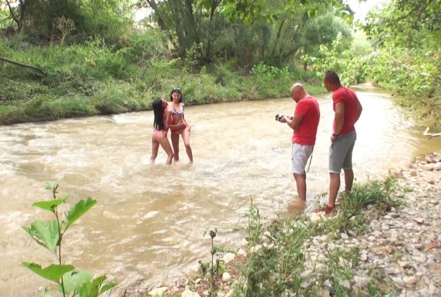 4081 1 - Femmes nues au bord de l'eau