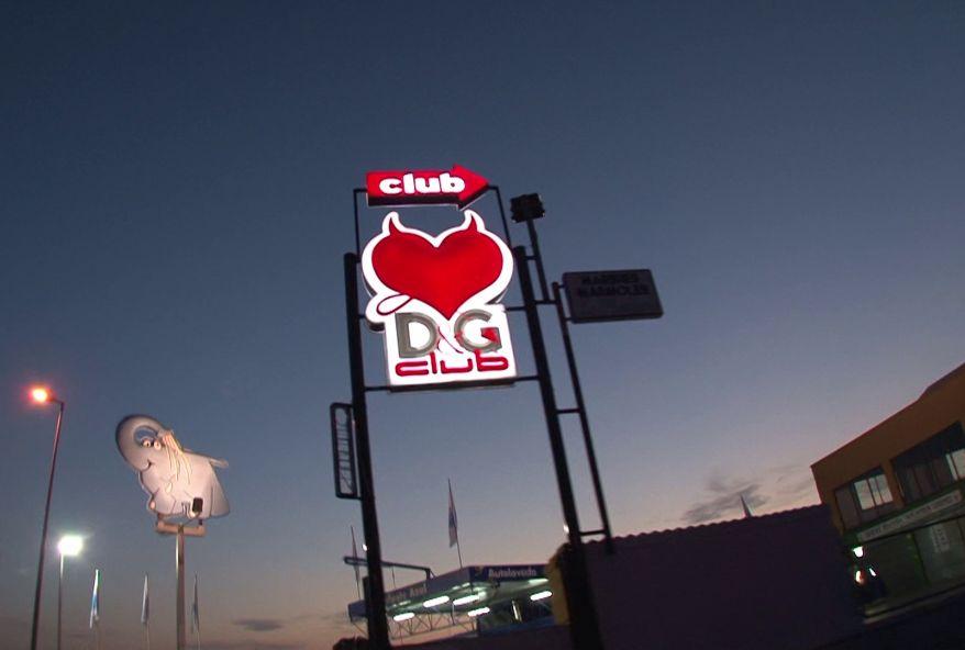 4095 1 - Serveuse sexy du club le DG à Blanes