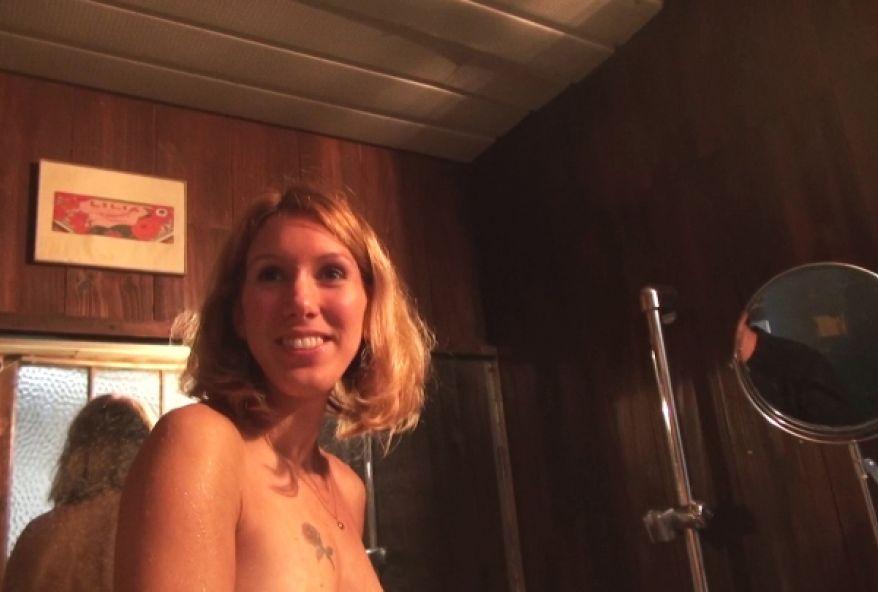 4315 1 - Jeune femme timide de Vichy baise devant la caméra