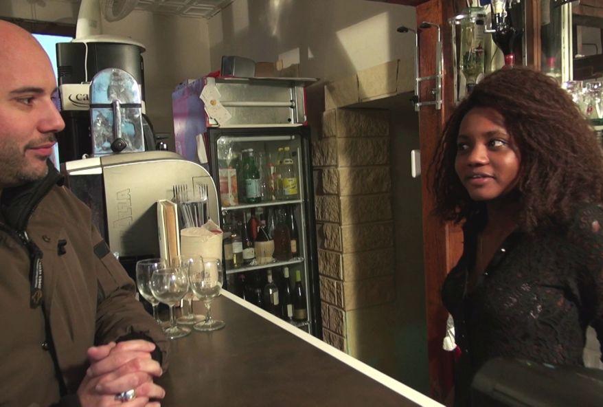 4379 1 - Les clients d'un bistrot baisent une jeune black