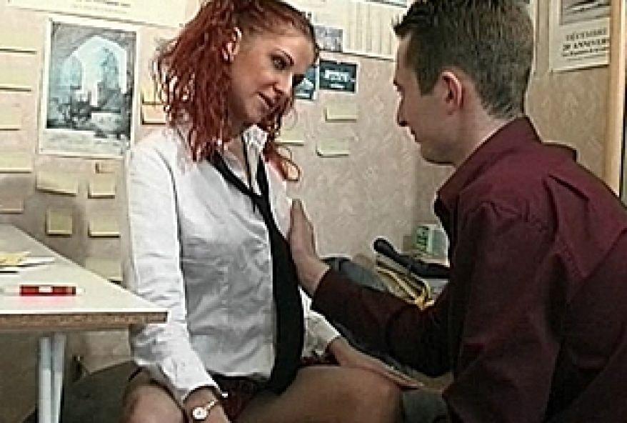 9 1 - Jeune femme se fait baiser le cul en levrette
