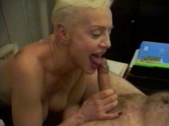10 1 - Evelyne, une mature aux seins énormes en extase