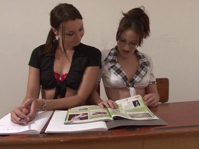 1070 1 - Deux étudiantes enculées sauvagement en classe