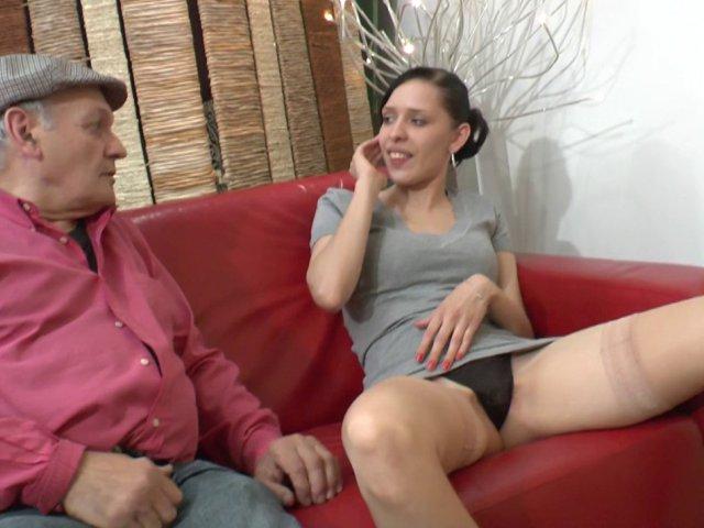 1134 1 - Papy baise une petite jeune dans la salle d'attente du médecin