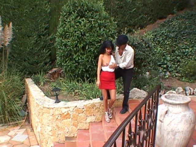 1143 1 - Cochonne brune Française se fait prendre en levrette sur la terrasse