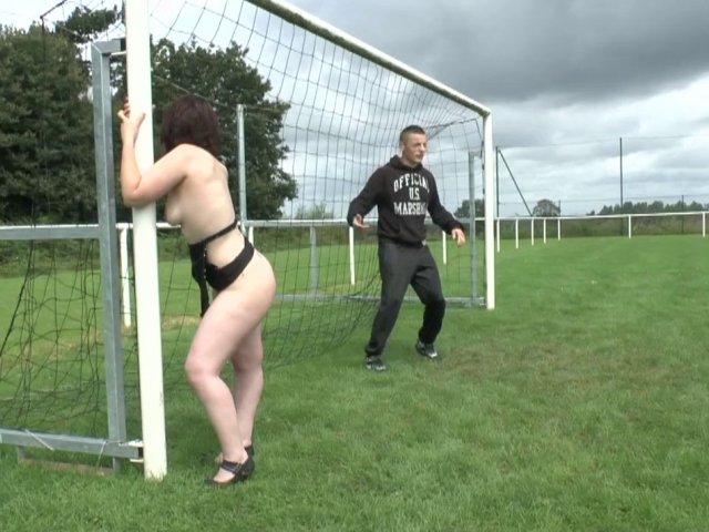 1198 1 - Une groupie se fait baiser sur un terrain de foot en Bretagne