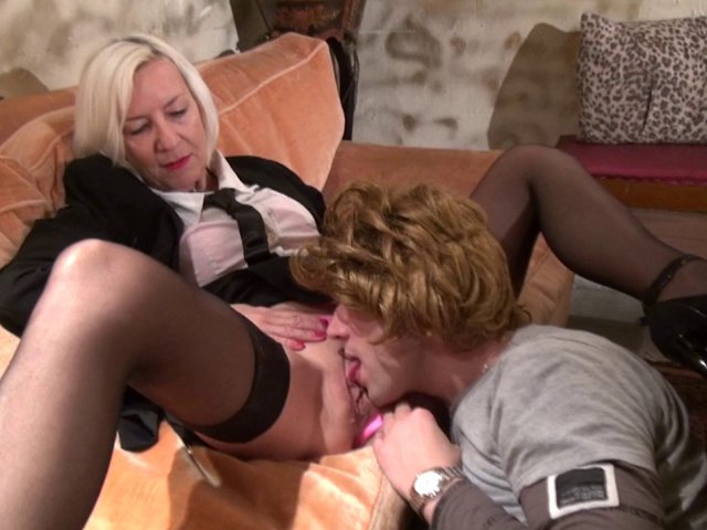 1232 1 - Une cougar se fait sodomiser par son homme