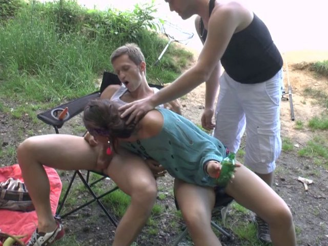 1245 1 - Double péné pour une jeune campeuse nympho