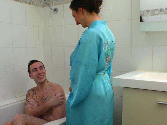 1292 1 - Il encule sa logeuse sous la douche