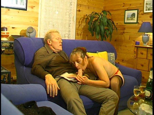 136 1 - Mère au foyer se fait démonter son petit cul